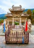 Wutaishan (supporto Wutai) scena-ha scolpito il torii, il leone ed il ponte di pietra davanti alla porta del tempio di Longquan. Fotografia Stock Libera da Diritti