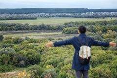 Wuthryggsäck för ung man i en härlig höstkarriär med mångfärgat gräs ursnygg liggande royaltyfri foto