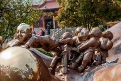 Wuxi Lingshan sceniskt område för jätte- Buddha & x22; lek för 100 barn Maitreya& x22; stor bronsskulptur Royaltyfri Bild