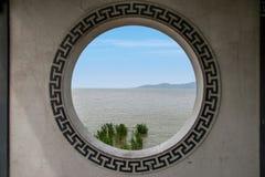 Wuxi Taihu sjöYuantouzhu Taihu fönster för vägg för galleri för bro för felik ö för sjö felika Arkivfoto