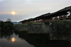 WuYuan regnbågebro arkivbilder