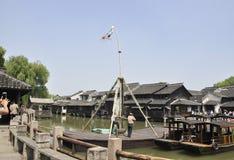 Wuzhen, 4th może: Akrobacje na elastycznym barze od Historycznego muzealnego Grodzkiego Wuzhen Dongzha obraz royalty free