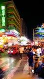 WUZHOU, CHINA - 3 DE MAIO DE 2017: Rua velha da cidade com povos e mot imagens de stock