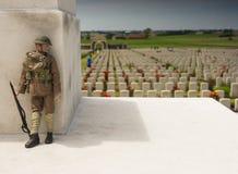 WW1 żołnierz przy Tyne łóżka polowego wojennym cmentarzem w Belgia Fotografia Royalty Free