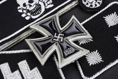 WW2 γερμανικά στρατιωτικά διακριτικά waffen-SS με το διαγώνιο βραβείο σιδήρου Στοκ Εικόνα