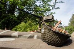WW1 κράνος και τοποθετημένο πυροβόλο όπλο Στοκ Εικόνες