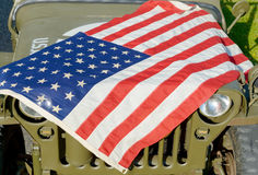 Ww2 στρατιωτικό όχημα με τη αμερικανική σημαία Στοκ Φωτογραφία