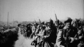 WW1 -德语和盟国军队和马前进 股票录像