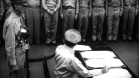 WW2 - Algemeen Douglas MacArthur Signs Japanese Surrender stock footage
