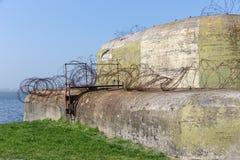 WW2 betonu schronienie z barbwire blisko Kornwerderzand przy holenderem Afsluitdijk Zdjęcia Royalty Free