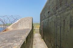 WW2 betonu schronienie z barbwire blisko Kornwerderzand przy holenderem Afsluitdijk Obraz Stock