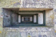 WW2 betonu schronienie z portem blisko Kornwerderzand przy holenderem Afsluitdijk Obrazy Royalty Free