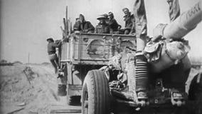 WW2 - Cañón enorme en el camino y la leña