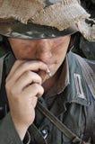 WW2 Dziejowego żołnierza dymienia Niemiecki papieros obraz royalty free