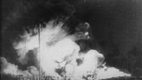 WW2 - Fuego enorme ardiente del pozo de petróleo