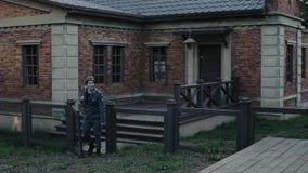 ww2 reenactment Niemiecki żołnierz iść od ceglanego dziejowego budynku przez bramy w kierunku kamery zdjęcie wideo