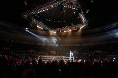 WWE摔跤手安布罗斯教务长在圆环h的角落的顶面绳索站立 免版税图库摄影