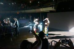 WWE-gillen de worstelaars echte broederlijke tweelingbroers Jey Uso en Jimmy Uso in de lucht aangezien zij aan ring lopen royalty-vrije stock afbeelding