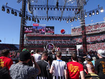 WWE Kofi Kingston skoki z arkan robić etykietka ruchowi z Dużym Zdjęcia Royalty Free