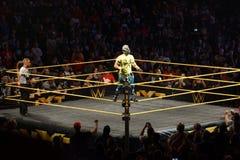 WWE NXT超级明星Kalisto在圆环绳索站立 库存照片