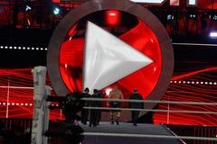 WWE-Superstar Brock Lesner geht aus Arena mit Manager Paul heraus Stockbild