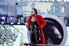 WWE-worstelaar Sting Stands bovenop spanschroef met handen op hallo Stock Fotografie