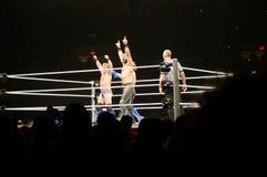 WWE zapaśnicy Seth Rollins i Chris Jericho podwyżki ręki w a Obrazy Royalty Free