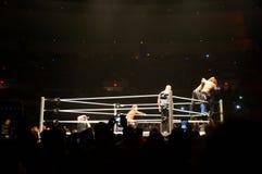 WWE zapaśnik Seth Rollins podwajać superplex i AJ styl próba Obraz Stock