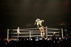 WWE zapaśników Uso skacze nad Karl Anderson podczas dopasowania Obrazy Stock