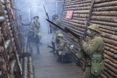 WWI英国陆军战士准备好在毒物毒气攻击wh下 免版税库存图片
