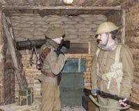 WWI英国陆军战士站立在机枪地堡 免版税库存图片