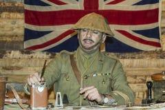 WWI他的书桌的英国陆军官员 免版税库存图片