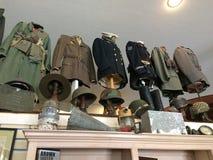 WWII-Militäruniformen in einem Museum Stockfotos