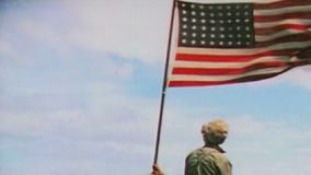 WWII Pacifik – Soldiers rise a US Flag at Iwo Jima stock footage