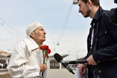 WWII veteran is interviewed by press Stock Photo