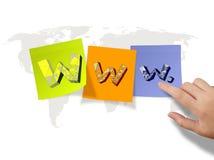 WWW. auf klebrigen Anmerkungen und Weltkartehintergrund Lizenzfreie Stockfotos