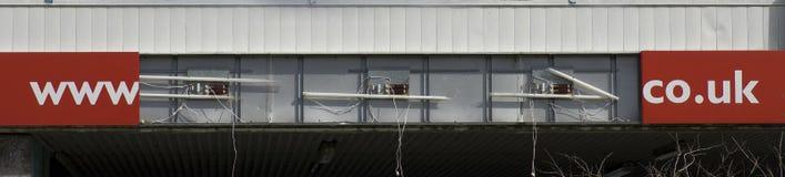 WWW co Reino Unido escrito na barra no fundo vermelho na construção Manch Fotografia de Stock