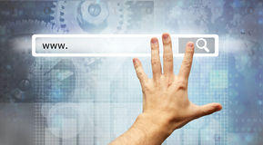 WWW escrito na barra da busca - busca masculina da pressão de mão Fotos de Stock Royalty Free