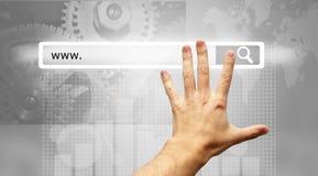 Www som är skriftlig i sökandestången - manlig knapp för sökande för trycka på för hand Royaltyfri Bild