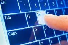 WWW tapant sur l'écran tactile images libres de droits