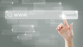 WWW-und Internet-Surfenkonzept mit dem Zeigen der weiblichen Hand Lizenzfreies Stockfoto