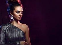 wyższa moda Wspaniała dyskoteki Partyjna dziewczyna z neonowym rozjarzonym purpurowym kędzierzawym włosy Młoda piękna modna wzorc fotografia royalty free