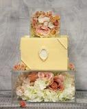 Wyśmienici trzy wielopoziomowy czekoladowy ślubny tort na szkła pudełku dekorował z różami fotografia royalty free
