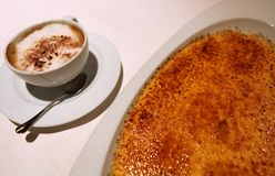Wyśmienicie cappuccino i piec creme brulee zdjęcia stock