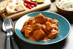 Wyśmienicie masło kurczak słuzyć na stole Tradycyjny hindus Murgh Makhani zdjęcia stock