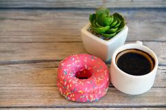 Wyśmienicie słodki świeży różowy filiżanka kawy na drewnianym tle i pączek Śniadanie, fast food, piekarni pojęcie zdjęcie stock