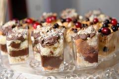 Wyśmienicie słodki bufet z babeczkami Słodki wakacyjny bufet z babeczkami i innymi deserami zdjęcie royalty free