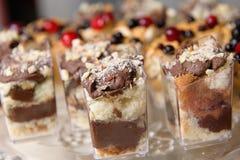 Wyśmienicie słodki bufet z babeczkami Słodki wakacyjny bufet obraz stock