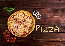 Wyśmienicie Włoska pizza z francuzem smaży na drewnianym stole fotografia stock