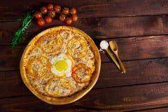 Wyśmienicie Włoska pizza z jajecznym odgórnym widokiem w górę zdjęcia stock